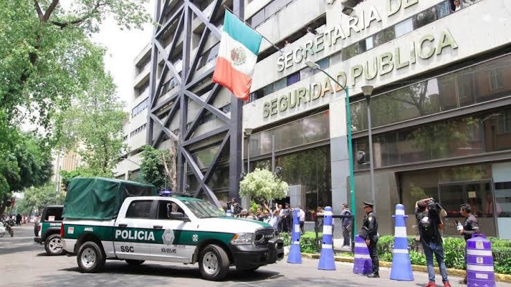 CIUDADANO Y POLICÍA EJEMPLAR; SE ENCUENTRA 30 MIL PESOS Y LO REGRESA, ¿LO HUBIERAS HECHO TÚ?